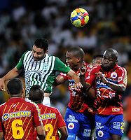 MEDELLIN - COLOMBIA-07-07-2013: Jefferson Duque (Izq.) jugador del Atletico Nacional disputa el balón con Fausto Obeso (Der.) Juan Camilo Perez jugadores del Deportivo Pasto, durante partido en el estadio Atanasio Girardot de la ciudad de Medellin, julio 7 de 2013. Atletico Nacional y Deportivo Pasto durante partido por la sexta fecha de los cuadrangulares semifinales de la Liga Postobon I. (Foto: VizzorImage / Luis Rios / Str).  Jefferson Duque (L) player of Atletico Nacional fights for the ball with Fausto Obeso (R) and Juan Camilo Perez players from Deportivo Pasto during game in the Atanasio Girardot stadium in Medellin City, July 7, 2013. Atletico Nacional and Deportivo Pasto, during match for the sixth round of the semi finals of the Postobon League I. (Photo: VizzorImage / Luis Rios / Str).