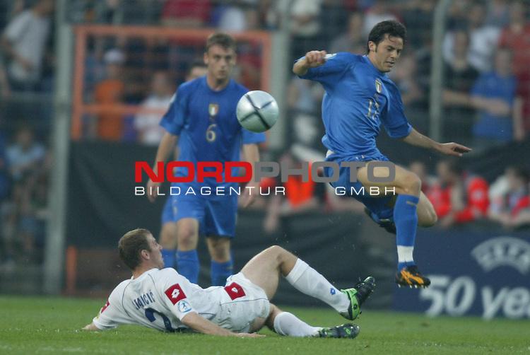U21 - EM 2004 - Finale<br /> Serbien und Montenegro vs. Italien 0:3<br /> Dragan Stancic (am Boden) von Serbien und Montenegro im Zweikampf mit Giandomenico Mesto (rechts) von Italien.<br /> Foto &copy; nordphoto - Ruediger Lampe<br /> <br /> <br /> <br />  *** Local Caption *** Foto ist honorarpflichtig! zzgl. gesetzl. MwSt.<br />  Belegexemplar erforderlich<br /> Adresse: nordphoto<br /> Georg-Reinke-Strasse 1<br /> 49377 Vechta