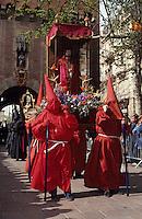 Europe/France/Languedoc-Roussillon/66/Pyrénées-Orientales/Perpignan: Procession des pénitents de la Saint Sanch devant le Castillet