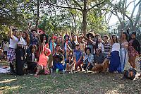 SÃO PAULO, SP, 22.08.2015 - FLASH MOB-SP - , Grupo de pessoas com cabelos Crespo e coloridos promovem encontro no Parque do Ibirapuera região sul de São Paulo na tarde desse sábado (22), durante o encontro oconteceu um Workshop de como fazer turbante e como colorir o cabelo com anilina. (Foto: Marcelo Brammer / Brazil Photo Press)