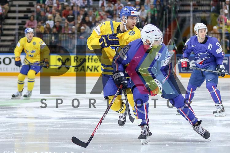 Frankreichs Dieude Fauvel, Benjamin (Nr.26) im Zweikampf mit Schwedens Sjogren, Mattias (Nr.15)  im Spiel IIHF WC15 Frankreich vs. Schweden.<br /> <br /> Foto &copy; P-I-X.org *** Foto ist honorarpflichtig! *** Auf Anfrage in hoeherer Qualitaet/Aufloesung. Belegexemplar erbeten. Veroeffentlichung ausschliesslich fuer journalistisch-publizistische Zwecke. For editorial use only.