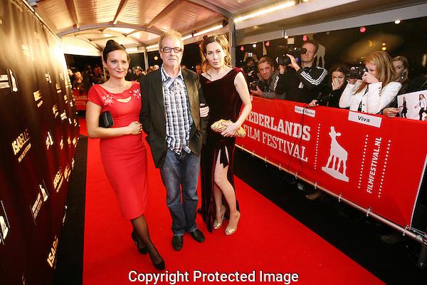 20110922 - Utrecht - Foto: Ramon Mangold - NFF 2011 - Nederlands Filmfestival - .Regisseur Ben Sombogaart (M) geflankeerd door hoofdrolspeelsters Tineke Caels (L) en Halina Reijn (R) op de rode loper bij de premiere van Isabelle.