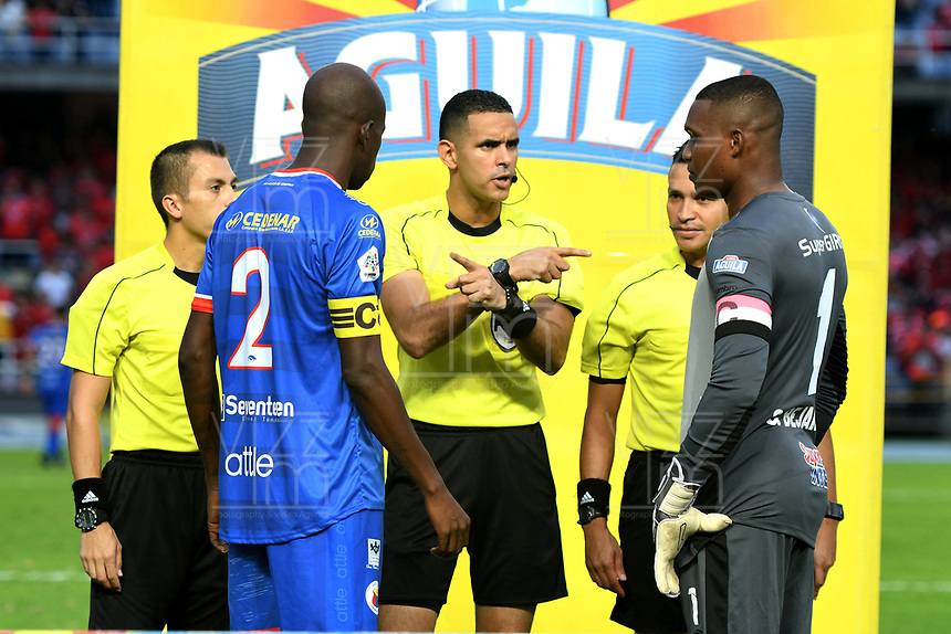 CALI-COLOMBIA, 01-06-2019: Carlos Ortega, arbitro antes del partido con los capitanes Carlos Bejarano de América de Cali y Anier Figueroa de Deportivo Pasto, durante partido entre América de Cali y Deportivo Pasto, de la fecha 5 de los cuadrangulares semifinales por la Liga Águila I 2019 jugado en el estadio Pascual Guerrero de la ciudad de Cali. / Carlos Ortega, referee before the match with the captains Carlos Bejarano from America de Cali and Anier Figueroa from Deportivo Pasto during a match between America de Cali and Deportivo Pasto, of the 5th date of the semifinals quarters for the Aguila Leguaje I 2019 at the Pascual Guerrero stadium in Cali city. Photo: VizzorImage / Nelson Ríos / Cont.