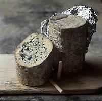 Europe/France/Auvergne/63/Puy de Dome: AOC Fourme d'Ambert   , Appellation d'Origine Contrôlée Fourme d'Ambert,  Fromage de Vache , Pâte persillée  tendre, non pressée, non cuite  - Stylisme : Valérie LHOMME