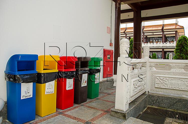 Lixeiras para coleta seletiva no Templo Budista Zu Lai, Cotia - SP, 04/2015.