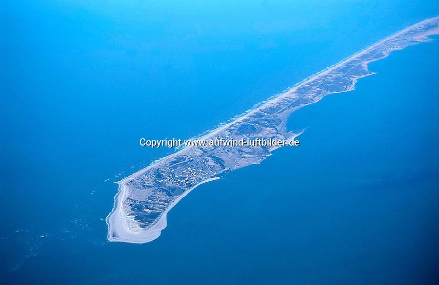 Sylt:EUROPA, DEUTSCHLAND, SCHLESWIG- HOLSTEIN 10.09.2000:Sylt  ist die groesste der nordfriesischen Inseln und Teil von Schleswig-Holstein (Deutschland). Die Form der Insel hat sich im Lauf der Zeit ständig verändert, ein Prozess, der auch heute noch im Gange ist..Die Insel ist 99,14 km² groß und damit die viertgroesste deutsche Insel. Sie erstreckt sich ueber 38,0 km in Nord-Sued-Richtung und ist am Königshafen bei List nur 380 Meter schmal; an Ihrer breitesten Stelle, von Westerland bis zur Noessespitze bei Morsum bis zu 12,6 km breit. Sylt ist seit rund 7.000 Jahren eine Insel, ihre höchste Erhebung ist die Uwe-Duene mit 52 Metern ue. d. Meeresspiegel. .Luftaufnahme, Luftbild, Luftansicht,Europa, Deutschland, Schleswig, Holstein, Sylt, Insel, Nordsee, Tourismus, Reise, reisen, Urlaub, Ferien, Ausflugziel, Ausflug, Ausfluege, Tourismuswirtschaft, Kueste, Meer, Wasser # a trip goal, break, coast, eau, europe, excursion, excursions, exeat, germany, holiday, holidays, island, isle, jaunt, jaunts, journey, leave, north sea, outing, outings, sea, shore, shoreline, tourism, tourism economy, travel, travels, trek, trip, vacation, voyage, voyages, water, waterside.c o p y r i g h t : A U F W I N D - L U F T B I L D E R . de.G e r t r u d - B a e u m e r - S t i e g  1 0 2,  .2 1 0 3 5  H a m b u r g ,  G e r m a n y.P h o n e  + 4 9  (0) 1 7 1 - 6 8 6 6 0 6 9 .E m a i l      H w e i 1 @ a o l . c o m.w w w . a u f w i n d - l u f t b i l d e r . d e.K o n t o : P o s t b a n k    H a m b u r g .B l z : 2 0 0 1 0 0 2 0  .K o n t o : 5 8 3 6 5 7 2 0 9.C  o p y r i g h t   n u r   f u e r   j o u r n a l i s t i s c h  Z w e c k e, keine  P e r s o e n  l i c h ke i t s r e c h t e   v o r  h a n d e n,  V e r o e f f e n t l i c h u n g  n u r    m i t  H o n o r a  n a c h  MFM, N a m e n s n e n n u n g und B e l e g e x e m p l a r !...