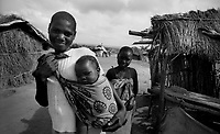Chimoio / Beira / Mozambico 1993.Daily life, woman and child living in a village..Photo Livio Senigalliesi