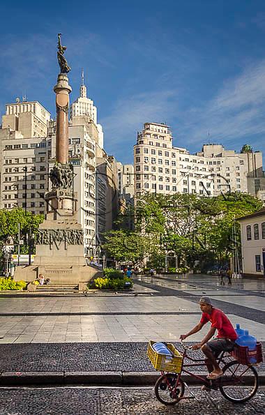 Monumento Glória Imortal aos Fundadores de São Paulo, no Páteo do Colégio, São Paulo - SP, 01/2014