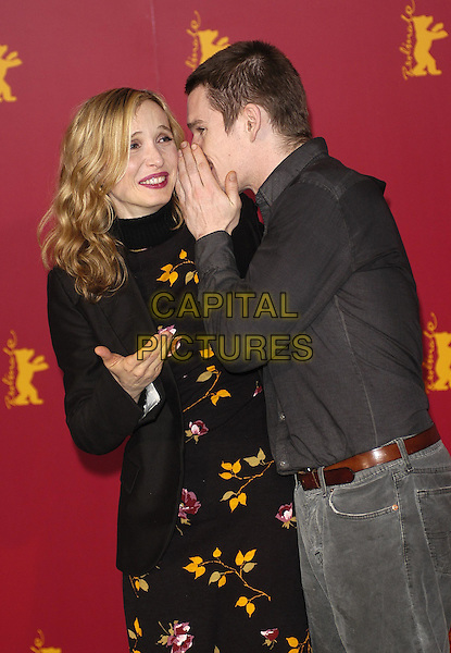 JULIE DELPY & ETHAN HAWKE.promoting Before Sunset at the Berlin Film Festival .8 February 2004.half length,half-length, whispering.www.capitalpictures.com.sales@capitalpictures.com.©Capital Pictures