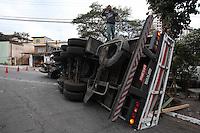 SAO PAULO, SP, 07/08/2012, QUEDA DE CARGA. Um caminhao carregado de chapas de madeira tombou parcialmente derrubando parte de sua carga. O acidente aconteceu na madrugada dessa Terca Feira (7) na Rua Augusto de Farina no Butanta. Luiz GUarnieri/ Brazil Photo Press