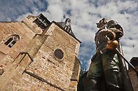 Europe/France/Aquitaine/24/Dordogne/Bergerac: La place Pélissière et l'église Saint-Jacques et la nouvelle statue de Cyrano de Bergerac, réalisée en bronze polychrome par Mauro Corda