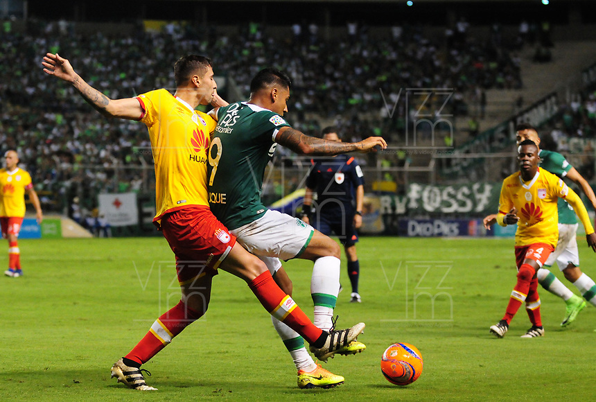 PALMIRA -COLOMBIA-12-03-2017: Jefferson Duque (Der) del Deportivo Cali disputa el balón con Jose David Moya (Izq) de Independiente Santa Fe durante partido por la fecha 9 de la Liga Águila I 2017 jugado en el estadio Palmaseca de Cali. / Deportivo Cali player Jefferson Duque (R) fights for the ball with Jose David Moya (L) player of Independiente Santa Fe during match for the date 9 of the Aguila League I 2017 played at Palmaseca stadium in Cali.  Photo: VizzorImage/ Nelson Rios /Cont