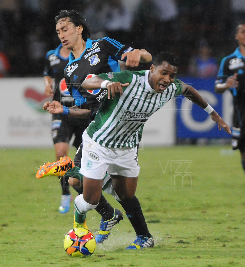 MEDELLÍN -COLOMBIA-17-11-2013. Un jugador (Der.) de Atlético Nacional disputa el balón con Rafael Robayo (Izq.) de Millonarios durante el partido de la final de la Copa Postobón 2013 realizado en el estadio Atanasio Girardot de Medellín./  Atletico Nacional fights for the ball with Rafael Robayo (L) of Millonarios during the match of the final of Copa Postobon 2013 played at Atanasio Girardot stadium in Medellin. Photo: VizzorImage/Luis Ríos/STR