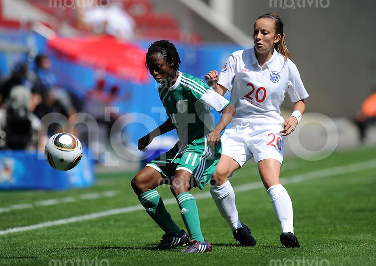 FRAUEN U20 FUSSBALL WM 2010  Vorrunde   14.07.2010 England - Nigeria Glory IROKA (li, Nigeria) gegen Lucy STANIFORTH (re, England)