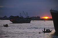 Asie/Birmanie/Myanmar/Yangon: Barges ramenant les travaillleurs au port Nanthila sur Yangon River