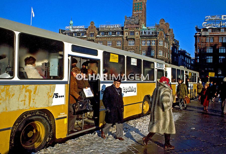 Transporte em ônibus no centro de Copenhague, Dinamarca. 1985. Foto de Juca Martins.