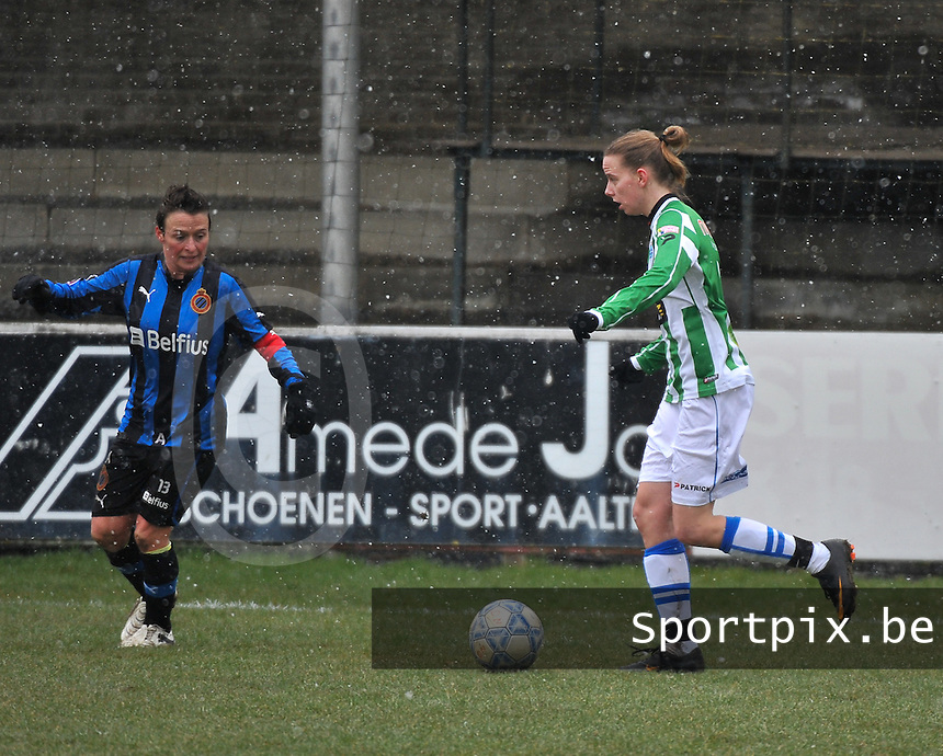 Club Brugge Dames - PEC Zwolle : Jennieke van der Pol  aan de bal voor Christine Saelens.foto DAVID CATRY / Vrouwenteam.be