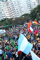 RIO DE JANEIRO; RJ; 26 DE JULHO 2013 - PAPA FRANCISCO E VIA SACRA JMJ - No fim da tarde desta sexta-feira, em Copacabana, peregrinos do mundo todo esperavam o Papa Francisco passar pela Avenida Atlântica no papamóvel em direção ao palco no Leme onde presenciará a encenação da Via Sacra, o 3º ato central da JMJ. FOTO: NÉSTOR J. BEREMBLUM - BRAZIL PHOTO PRESS.