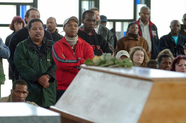 Trauerfeier fuer Oury Jalloh in Dessau<br /> Am 7. Januar 2005 verbrannte in einer Dessauer Polizeiwache unter ungeklaerten Umstaenden der Fluechtling Oury Jalloh. Der 21jaehrige Mann aus Sierra Leone soll sich laut Polizeiangaben im gefesselten Zustand mit einem Feuerzeug selber entzuendet haben.<br /> Hier: Fluechtlinge auf dem Dessauer Zentralfriedhof.<br /> 26.3.2005, Dessau<br /> Copyright: Christian-Ditsch.de<br /> [Inhaltsveraendernde Manipulation des Fotos nur nach ausdruecklicher Genehmigung des Fotografen. Vereinbarungen ueber Abtretung von Persoenlichkeitsrechten/Model Release der abgebildeten Person/Personen liegen nicht vor. NO MODEL RELEASE! Nur fuer Redaktionelle Zwecke. Don't publish without copyright Christian-Ditsch.de, Veroeffentlichung nur mit Fotografennennung, sowie gegen Honorar, MwSt. und Beleg. Konto: I N G - D i B a, IBAN DE58500105175400192269, BIC INGDDEFFXXX, Kontakt: post@christian-ditsch.de<br /> Bei der Bearbeitung der Dateiinformationen darf die Urheberkennzeichnung in den EXIF- und  IPTC-Daten nicht entfernt werden, diese sind in digitalen Medien nach &sect;95c UrhG rechtlich geschuetzt. Der Urhebervermerk wird gemaess &sect;13 UrhG verlangt.]