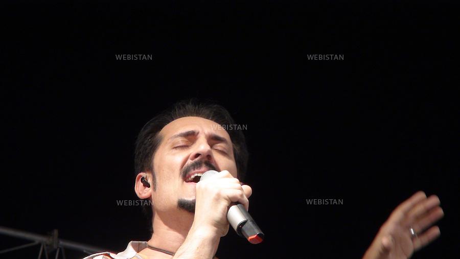 AFGHANISTAN - MAZAR-E CHARIF - 7 aout 2009 : Concert gratuit du chanteur afghano-americain, Farhad Darya, dans le stade de Mazar-e Charif. .Portrait de Farhad Darya. ..AFGHANISTAN - MAZAR-E CHARIF - August 7th, 2009 : Afghan-American singer Farhad Darya's free concert at the Mazar-e Charif stadium. .Portrait of Farhad Darya.