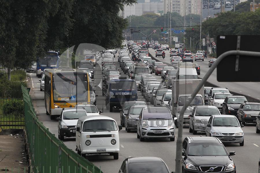 SAO PAULO, SP, 08 MARÇO 2013 - TRANSITO CAPITAL PAULISTA -  Transito intenso na Avenida Tiradentes sentido centro na manhã desta sexta-feira, 08.  LUIZ GUARNIERI/ BRAZIL PHOTO PRESS.