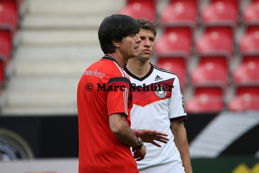Bundestrainer Joachim Löw mit Thomas Müller (D) - Abschusstraining Nationalmannschaft in Mainz