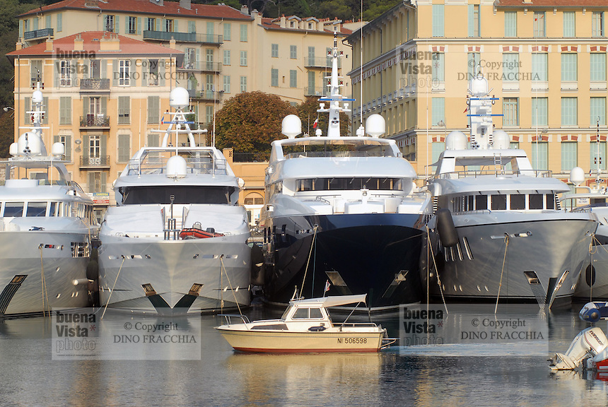 - the tourist harbor of Nice....- il porto turistico di Nizza..