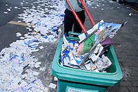 SAO PAULO, SP, 07 DE OUTUBRO DE 2012 - ELEIÇÕES A PREFEITURA DE SP - RUA SUJAS COM SANTINHOS DE POLITICOS - Funcionário do Colégio Rio Branco varre calçada na manhã deste domingo(07) na Av. Higienopolis na região central de São Paulo.  (FOTO: AMAURI NEHN / BRAZIL PHOTO PRESS).