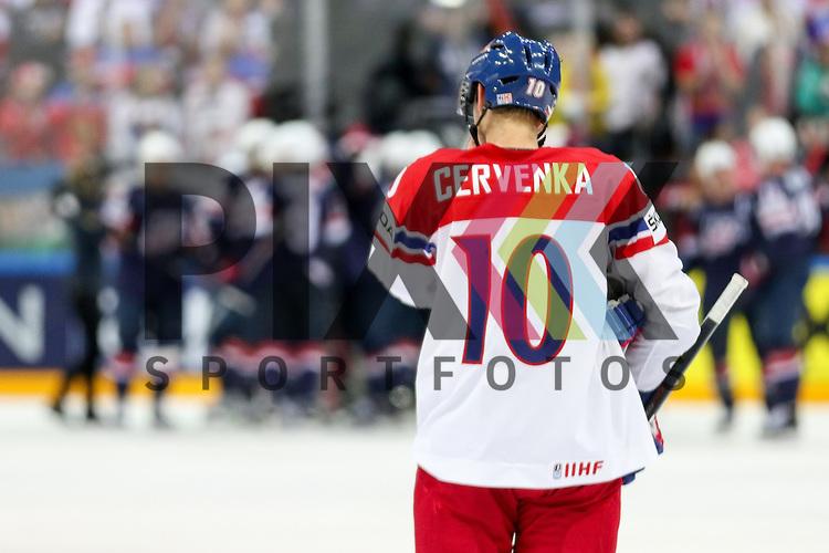 Tschechiens Cervenka, Roman (Nr.10)(SKA St. Petersburg) schaut auf die jubelnden Spieler der USA nach dem Spiel IIHF WC15 USA vs. Czech Republic die Cermony Bronze.<br /> <br /> Foto &copy; P-I-X.org *** Foto ist honorarpflichtig! *** Auf Anfrage in hoeherer Qualitaet/Aufloesung. Belegexemplar erbeten. Veroeffentlichung ausschliesslich fuer journalistisch-publizistische Zwecke. For editorial use only.