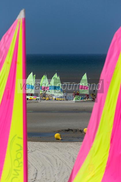 France, Pas-de-Calais (62), côte d' Opale, Le Touquet, char à voile sur la plage  // France, Pas de Calais, Opal coast, Le Touquet, sandsailers on the beach