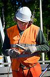 AMERSFOORT - In de middenberm van de snelweg A28 bij Leusden bouwen medewerkers van BKB Infra een insitu betonbarriër met behulp van een slipformpaver. Vanwege de beperkte ruimte tussen de nieuwe door Combinatie De Utrechtse Tulp gebouwde baanvakken is er geen ruimte voor het aanbrengen van de traditionele vangrails, maar wel voor de ter plaatse opgebouwde betonnen voertuigkering. De machine wordt 'gestuurd' met een stalen geleidedraad langs de aan te leggen betonweg en gevoed door met betonspecie die per vrachtwagen wordt aangevoerd. In totaal wordt in opdracht van Rijkswaterstaat 1.5 km betonnen wegscheiding aangelegd. COPYRIGHT TON BORSBOOM