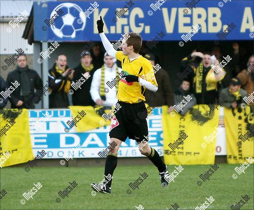 2008-12-14 / Voetbal / Verbroedering Arendonk - KFC Zwarte Leeuw / Roy Van der Linden bedankt de supporters na zijn 3-4 doelpunt..Foto: Maarten Straetemans (SMB)