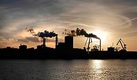 Nederland Amsterdam  - Maart 2019. Noordzeekanaal. De haven van Amsterdam. Op de achtergrond de kolencentrale van Nuon aan de Hemweg. Foto Berlinda van Dam / Hollandse Hoogte