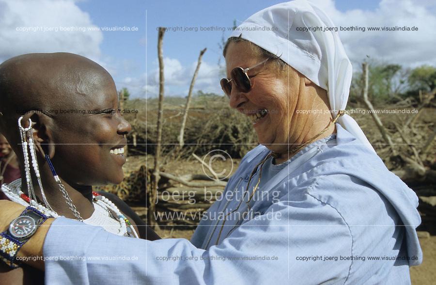 TANZANIA, Handeni, Massai, german nun with Massai woman in village / TANSANIA, Handeni, Massai Dorf, deutsche Ordensschwester Karin Kraus von der Gemeinschaft der Missionsbenediktinerinnen mit einer Massai Frau im Gespraech