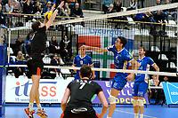 GRONINGEN - Volleybal, Lycurgus - Taurus, Alfa College, Eredivisie, seizoen 2017-2018, 04-11-2017, Lycurgus speler Wytze Kooistra slaat de smash in het blok