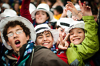 Scouts with the same white hat is having a good time. Photo: Audun Ingebrigtsen / Scouterna