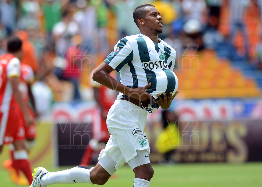MEDELLIN -COLOMBIA-10-MAYO-2015. Jonathan Copete jugador del Atletico  Nacional  celebra su gol  contra el Independiente Santa Fe   , durante partido por la fecha 19 entre Atletico Nacional y el Independiente Santa Fe   de la Liga Aguila I-2015, en el estadio Atanasio Girardot de la ciudad de Medellin . / Jonathan Copete player of Atletico Nacional celebrates his goal against of Independiente Santa Fe  , during a  match of the 19 date between Atletico Nacional  and Independiente Santa Fe  for the Liga Aguila I -2015 at the Atanasio Girardot Stadium in Medellin city <br /> .Photo: VizzorImage / Leon Monsalve / STR