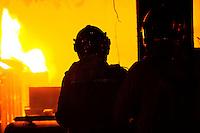 MACEIÓ, AL, 13.11.2015  INCÊNDIO-AL  - Incêndio atingiu lojas no centro de Maceió, na noite de ontem, 13. Ninguém ficou ferido (Foto: Alisson Frazão / Brazil Photo Press/Folhapress)