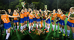 BLOEMENDAAL  - Hockey -  finale KNHB Gold Cup dames, Bloemendaal-HDM . Bloemendaal wint na shoot outs. Pien Tol (Bldaal) met de beker. COPYRIGHT KOEN SUYK