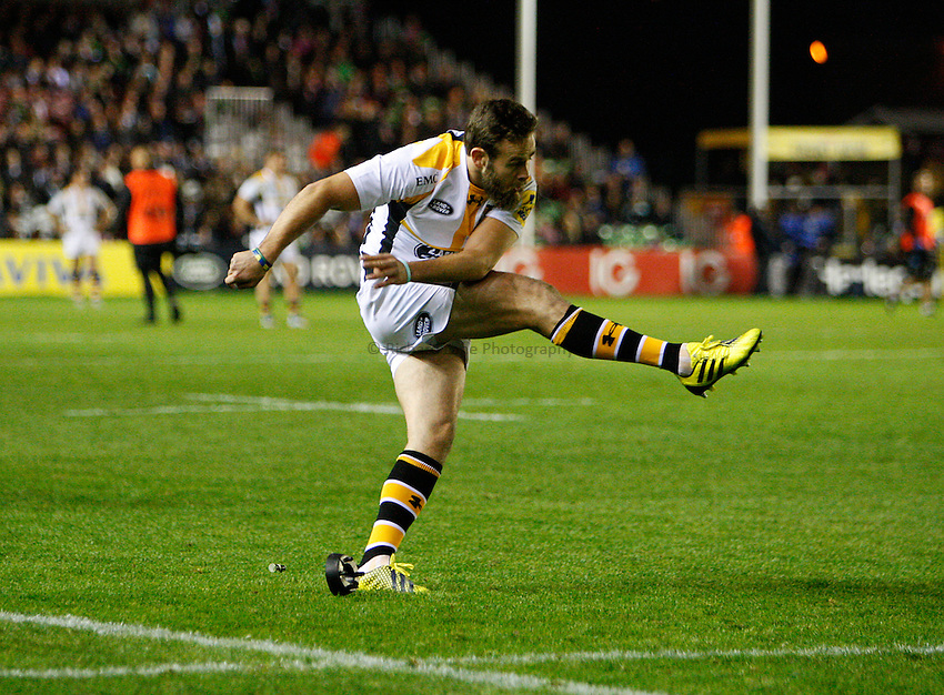 Photo: Richard Lane/Richard Lane Photography. Aviva Premiership. Harlequins v Wasps. 16/10/2015. Wasps' Ruaridh Jackson kicks.