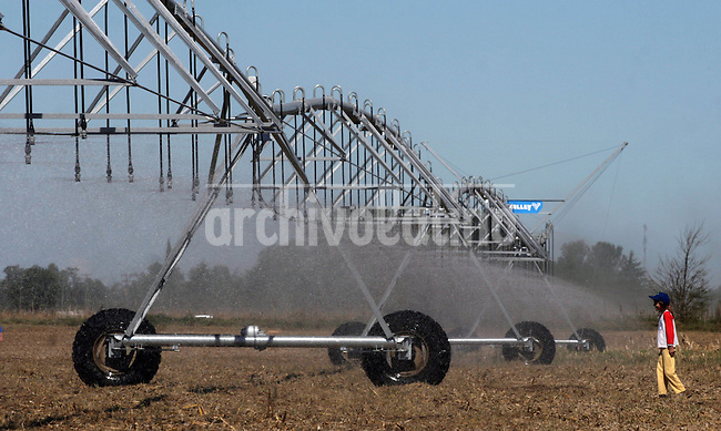 Un sistema de riego movil durante la exhibicion de Expoagro en Junin, provincia de Buenos Aires.*People watch a mobile  watering system  during Expoagro agriculture exhibition in Junin, 150 miles from Buenos Aires, Argentina.During 3 days, 200,000 people visited the exhibition of products from 700  companies related to agribusiness, a booming sector  of Argentine economy...