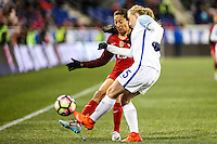 HARRISON, NJ, 04.03.2017 - ESTADOS UNIDOS-INGLATERRA - Christen Press (E) dos Estados Unidos disputa bola com Laura Bassett da  Inglaterra em  jogo valido pela segunda rodada da SheBelieves Cup no Red Bull Arena na cidade de Harrison nos Estados Unidos neste sábado , 04.(Foto: William Volcov/Brazil Photo Press)