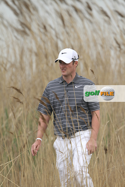 Marc Warren (SCO) searches for his ball on the 17th on Day 1 of the 2012 Volvo China Open at Binhai Lake Golf Club, Tianjin, China...(Photo Jenny Matthews/www.golffile.ie)