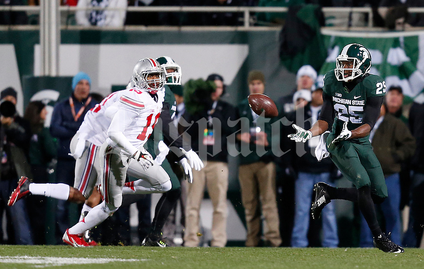 Michigan State Spartans wide receiver Keith Mumphery (25) hauls in a pass before running it in to score in the first quarter of the college football game between the Ohio State Buckeyes and the Michigan State Spartans at Spartan Stadium in East Lansing, Saturday night, November 8, 2014. (The Columbus Dispatch / Eamon Queeney)