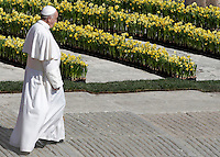 Papa Francesco al termine della messa di Pasqua in Piazza San Pietro, Citta' del Vaticano, 27 marzo 2016.<br /> Pope Francis leaves at the end of the Easter Mass in St. Peter's Square, Vatican, 27 March 2016.<br /> UPDATE IMAGES PRESS/Isabella Bonotto<br /> <br /> STRICTLY ONLY FOR EDITORIAL USE<br /> <br /> *** ITALY AND GERMANY OUT ***