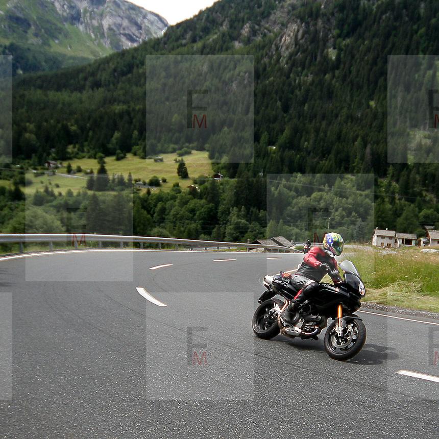 Motociclisti sulla strada della Val Bregaglia..Bikers on Val Bregaglia road