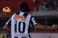 SÃO PAULO, SP, 18 DE SETEMBRO DE 2013 - CAMPEONATO BRASILEIRO - SÃO PAULO x ATLÉTICO MINEIRO: Ronaldinho durante partida São Paulo x Atlético Mineiro, válida pela 22ª rodada do Campeonato Brasileiro de 2013, disputada no estádio do Morumbi em São Paulo. FOTO: LEVI BIANCO - BRAZIL PHOTO PRESS.
