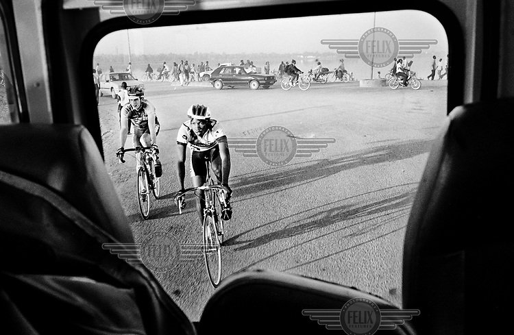 ©Chris Keulen/Panos Pictures..Burkina Faso, Ouagadoudou, 21/11/2000.Cyclists in traffic of capital Ouagadougou destinated for the start of the sixth' day in Burkina's tour.