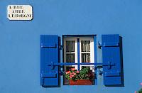 Europe/France/Bretagne/29/Finistère/Ile de Sein: Détail fenêtre d'une maison sur la quai du port
