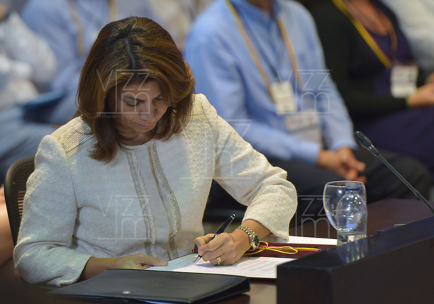 CARTAGENA - COLOMBIA, 10-02-2014 Ángela Chichilla, presidenta de Costa Rica, firmó este lunes 10 de febrero de 2014, la declaración de adehsión a la Alianza durante  la VIII Cumbre de la Alianza del Pacífico, que se desarrolla en el Centro de Convenciones de Cartagena./ Angela Chichilla president of Costa Rica signed the declaration of accession to the Alliance during the VIII Summit Alianza del Pacifico at convention center in Cartagena, Colombia. Photo: VizzorImage /  Andres Piscov - SIG / HANDOUT PICTURE; MANDATORY EDITORIAL USE ONLY/